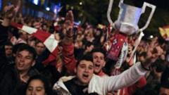 Miles de aficionados del Atltico celebran la Copa del Rey en la madrilea Plaza de Neptuno